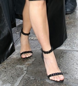 feature-strap-sandal-kim-kardashian-paris