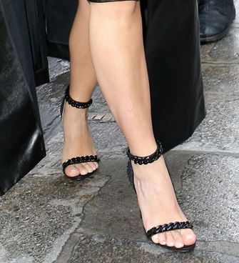 feature-strap-sandal-kim-kardashian-paris