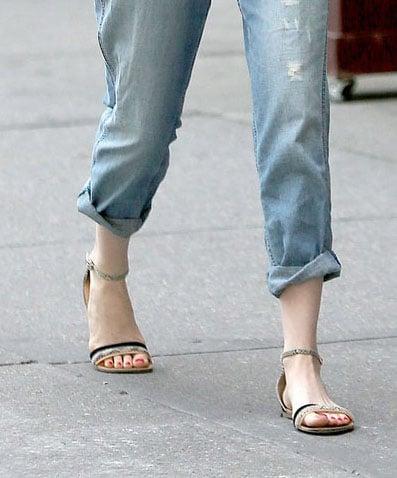 8b1bc1f69d696 emma-stone-flat-sandals -