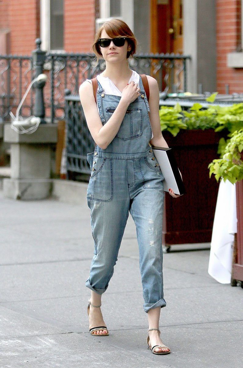emma-stone-looks-trendy-in-overalls