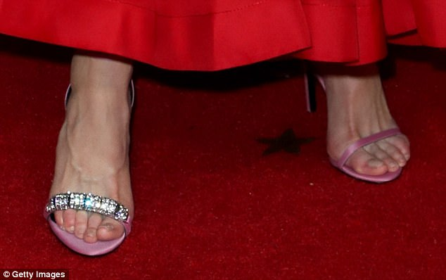 Mismatched shoes Nnicole Kidman Emmy 2017